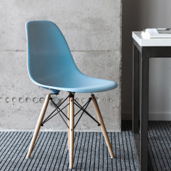 NORDISK Design Stuhl mit blauem Schalensitz Beine aus Buche