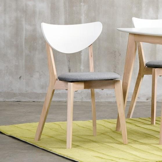 Moderner Stuhl im Scandi-Look
